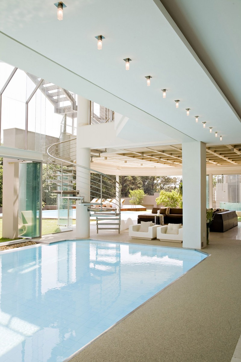 Architecture corner amazing home glass house by nico van for Pool design johannesburg