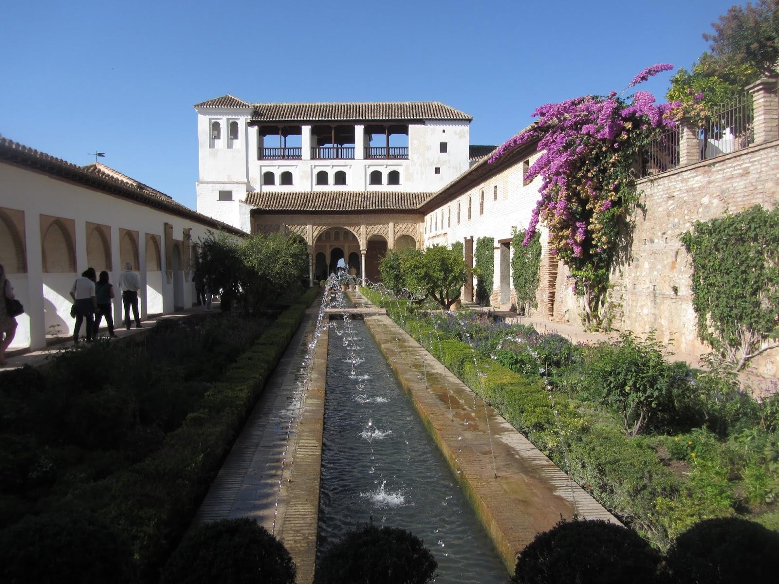 Patio de la Acéquia, con un pórtico de arcos al fondo que da acceso a la Sala Regia.