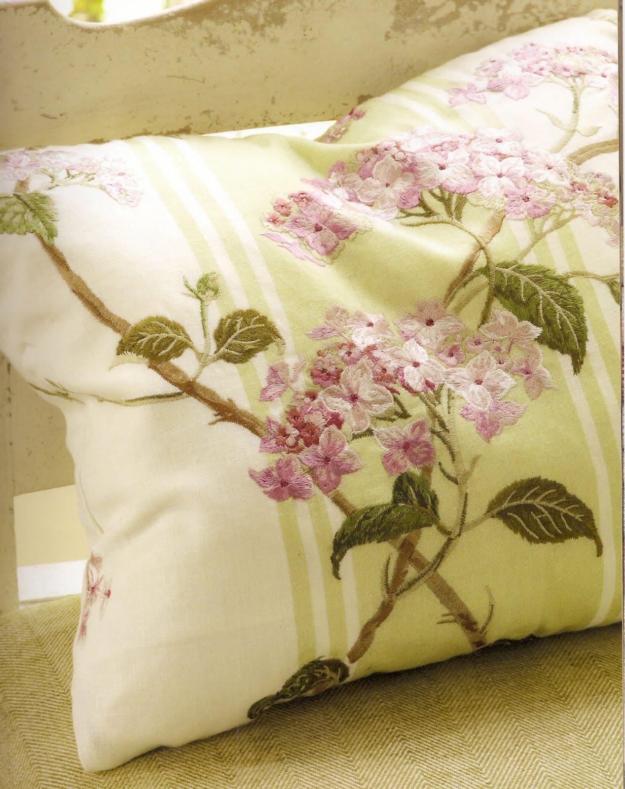 http://3.bp.blogspot.com/-amH-vclpAFg/TgpslfpelbI/AAAAAAAAAG8/shH3hW3Gyzg/s1600/Colefax+Pillow.jpg