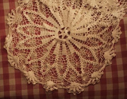 Bubuhi lem wallpaper (kertas dinding) sampai kain renda tersebut benar ...