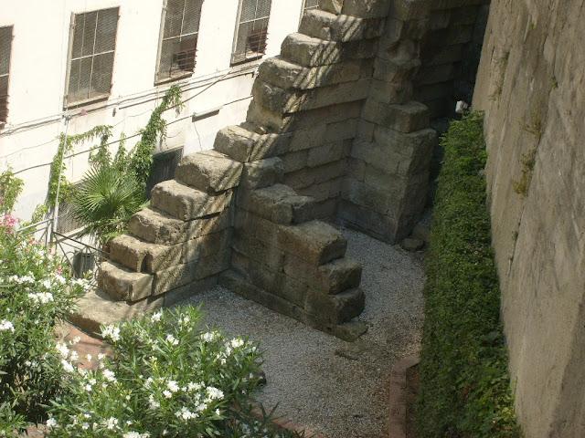 Mura del IV-V sec. a.C. a difesa dell'acropoli, nei pressi di Piazza Cavour