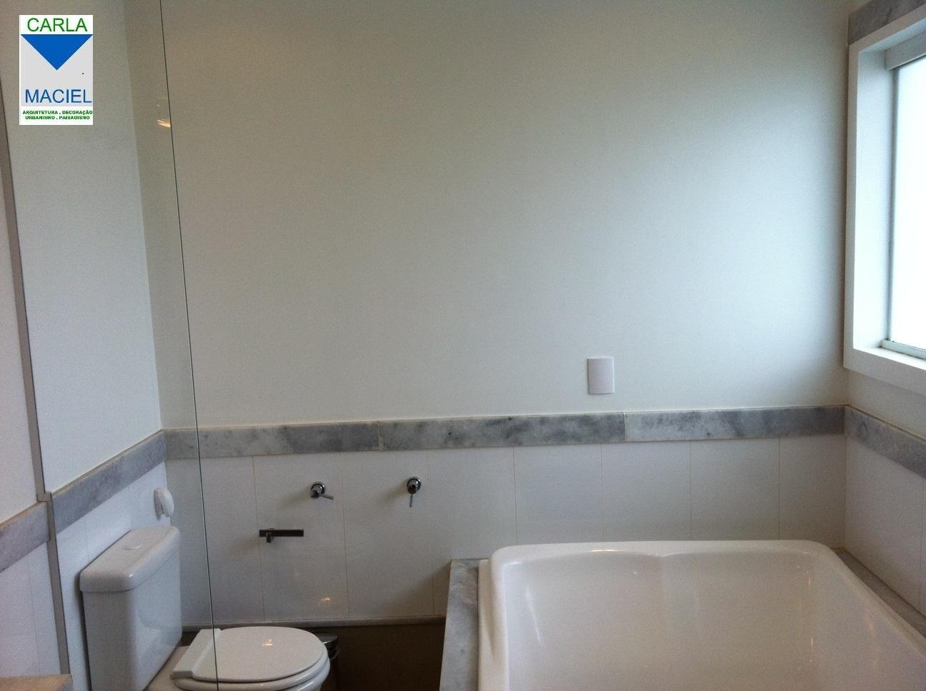 : Papel de parede em tons de azul e cinza e um arranjo de espelhos #4E707D 1296x968 Banheiro Cinza Preto