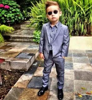 Anak laki-laki keren dengan gaya busana termodis