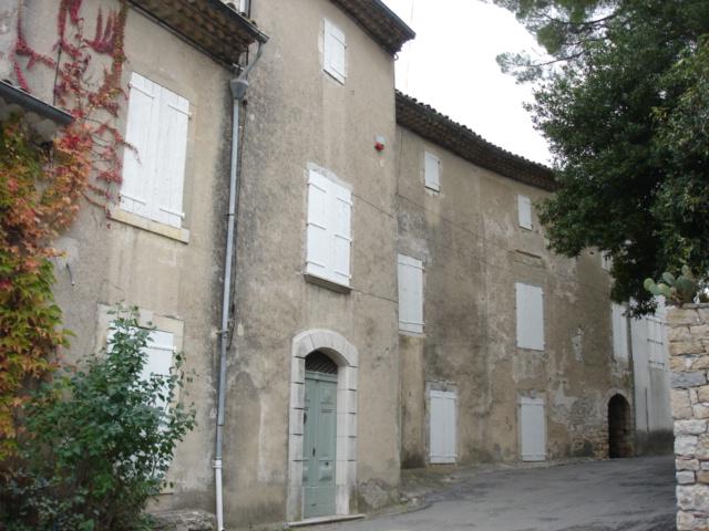 Façade d'une maison de maître dans un petit village du Gard pour illustrer un article sur les enduits
