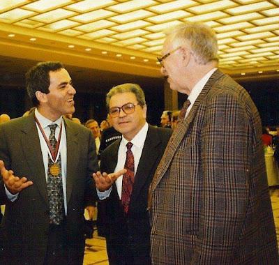 Garri Kasparov, Joaquim Durão y Vassily Smyslov en la XXXI Olimpíada de Moscú 1994