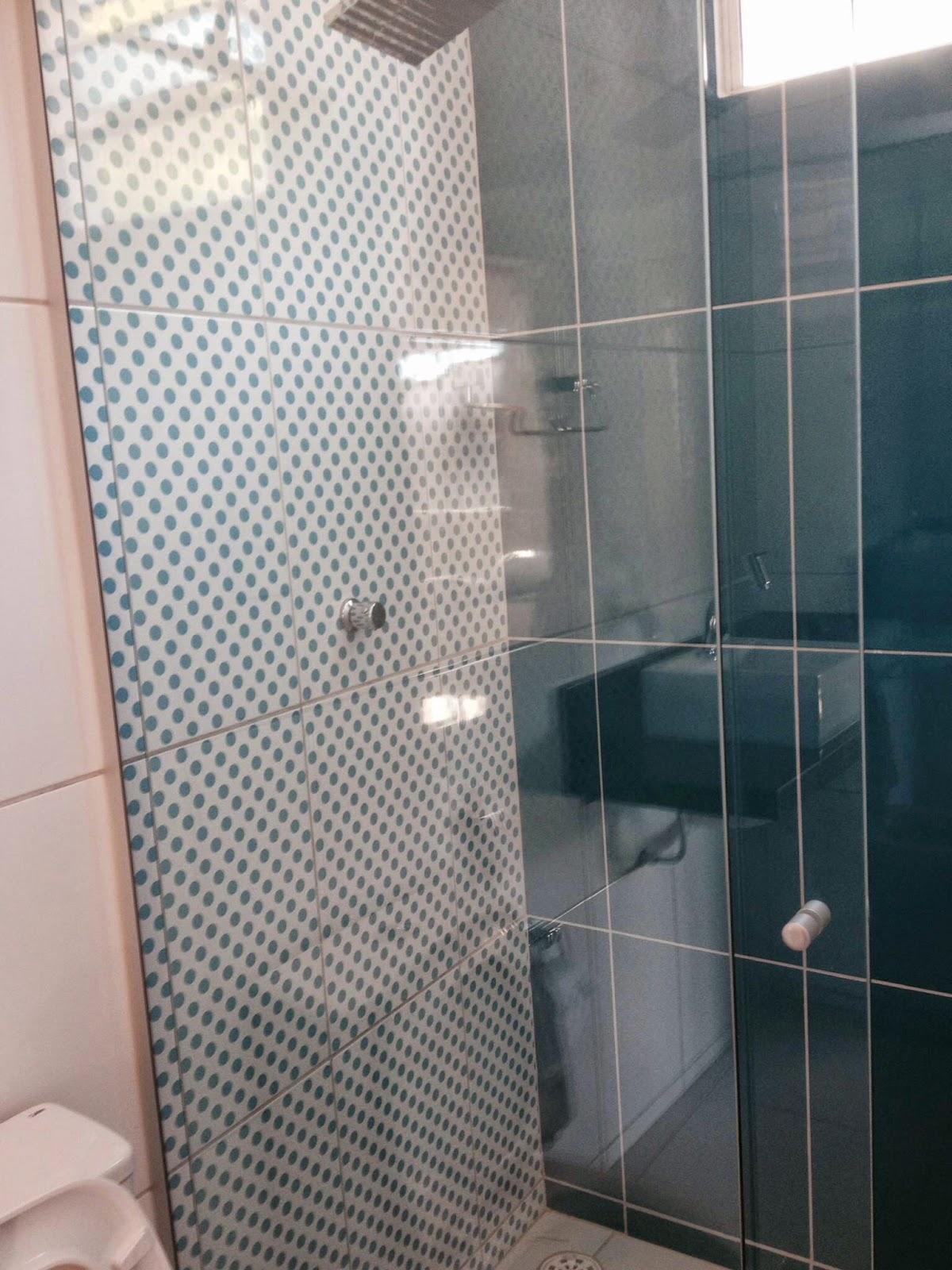 Nossa casa.com: BANHEIROS (VERMELHO E AZUL) COM REVESTIMENTO ROMERO  #263539 1200x1600 Banheiro Com Granito Vermelho