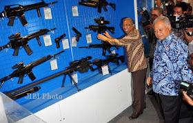 Senapan Produksi PT Pindad Indonesia dalam Indo Defence Expo 2012