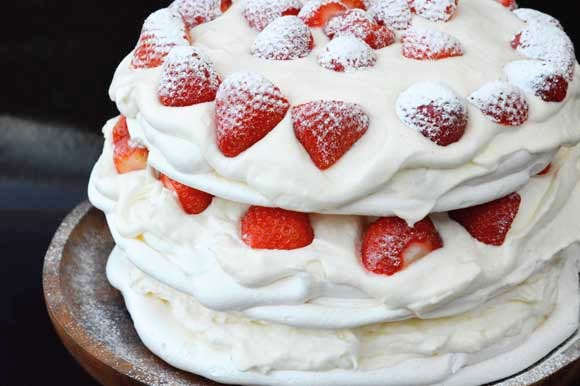 Slagroom, merenguetaart met aardbeien