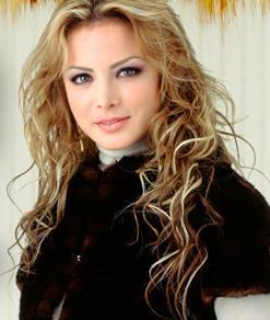 Silvia Navarro con cabello rubio