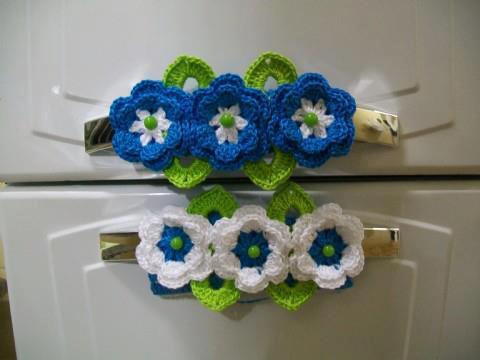 : Flores de crochê para enfeitar puxadores de porta de geladeira