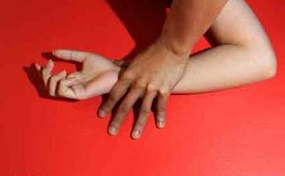 Waduh, Pengasuh Perkosa Gadis 7 Tahun Didepan Sang Kakak [ www.BlogApaAja.com ]