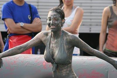 [imagetag] Unik, Gulat Lumpur Wanita [pic]