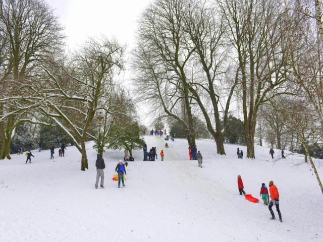 A Neve recobre a paisagem de parque parisiense.