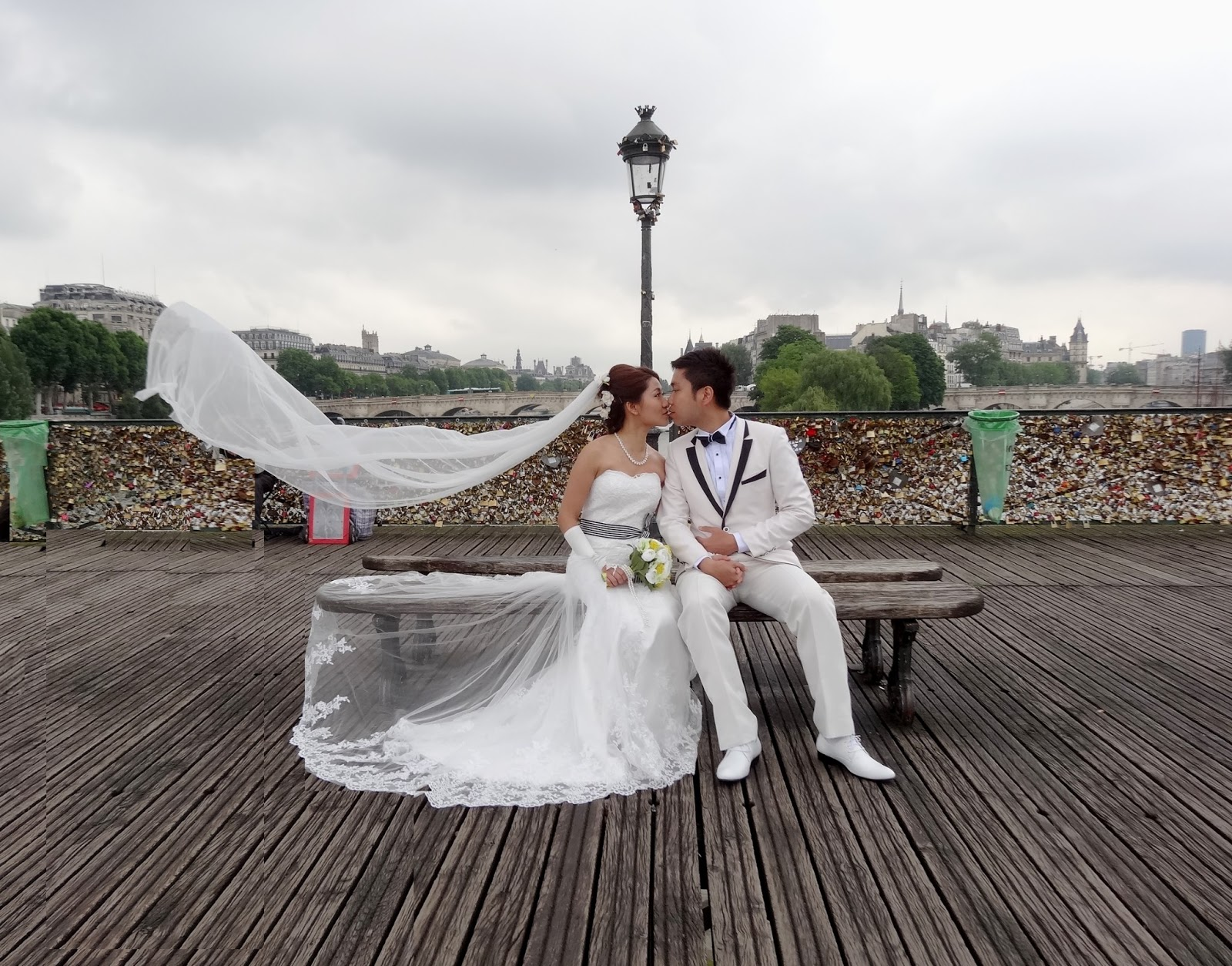 Sur le pont des arts mariage pour tous - Cadenas amoureux pont paris ...