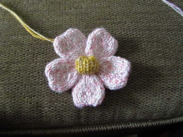 Flower Knitting Patterns Free : The Yarn Art Cafe: Free Knitted Flower Pattern