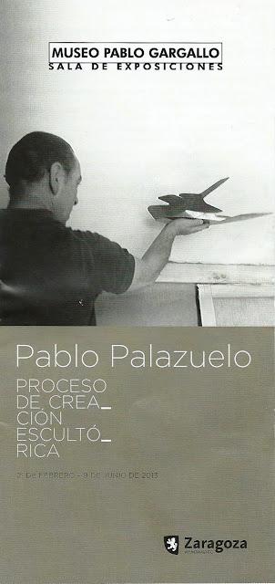 Cartel de la exposición: el artista de espaldas sostiene una escultura
