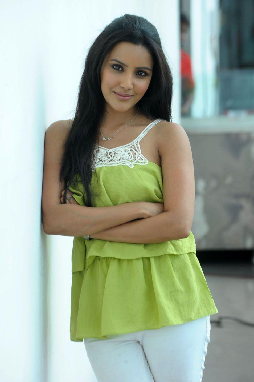 http://3.bp.blogspot.com/-apdpUM6DeUs/ThAOvg4CuxI/AAAAAAAAbuk/XkSHrtv6C4Q/s1600/telugu+actress+priya+anand+8.jpg