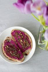 Punajuurihummusta aamiaisleivällä