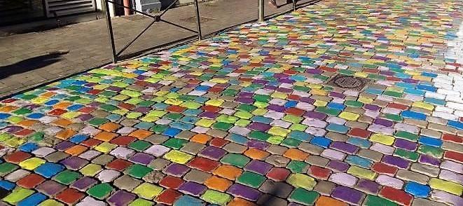 Des pavés de couleur au Puy pour égayer les rues.
