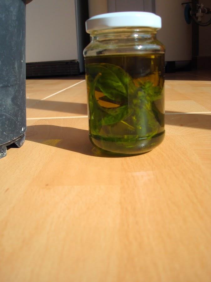 Lo fácil que es hacer aceite de albahaca en casa para condimentar tus ensaladas y otros platos