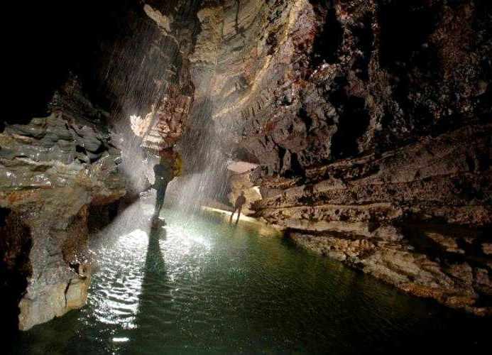 Kolam air dalam Gua Krubera