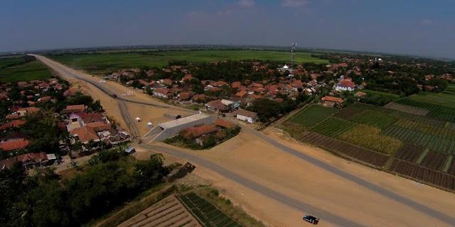 """Rumah Darsiti binti Umar di Desa Rancawulu, Kecamatan Bulakamba, Brebes Timur yang """"dikepung"""" ruas Jalan Tol Pejagan-Brebes Timur"""