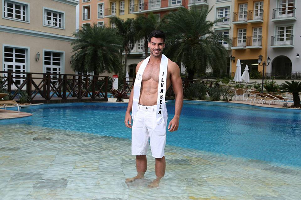 Sem camisa, o Mister Ilhabela posa para foto oficial.  Foto: Leonardo Rodrigues