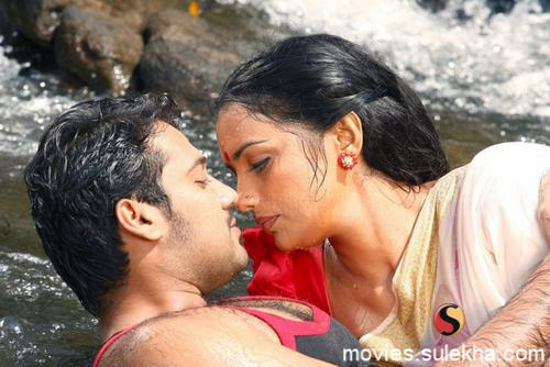 swethamenon hot bikini and wet images in kayam film