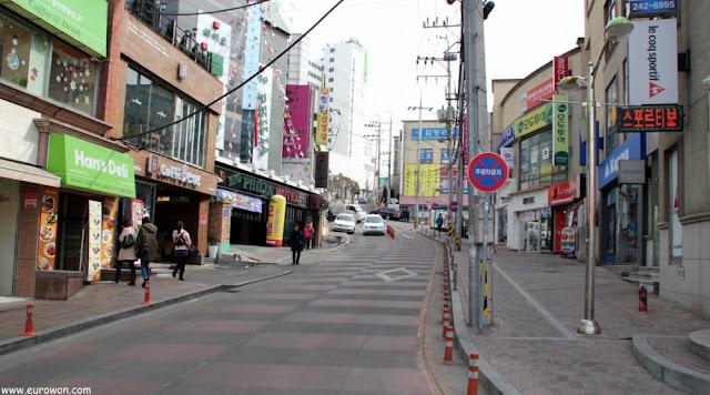 Una calle del centro comercial de Chuncheon