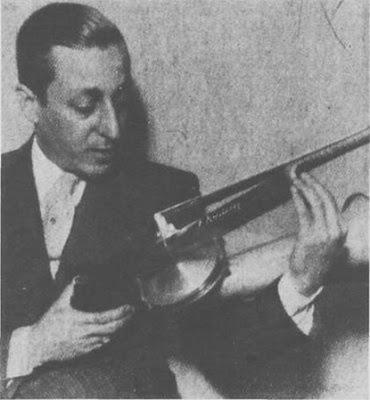 Julio Caro, en junio de 1936, contempla su violín admirativamente firmado por Fritz Kreisler.