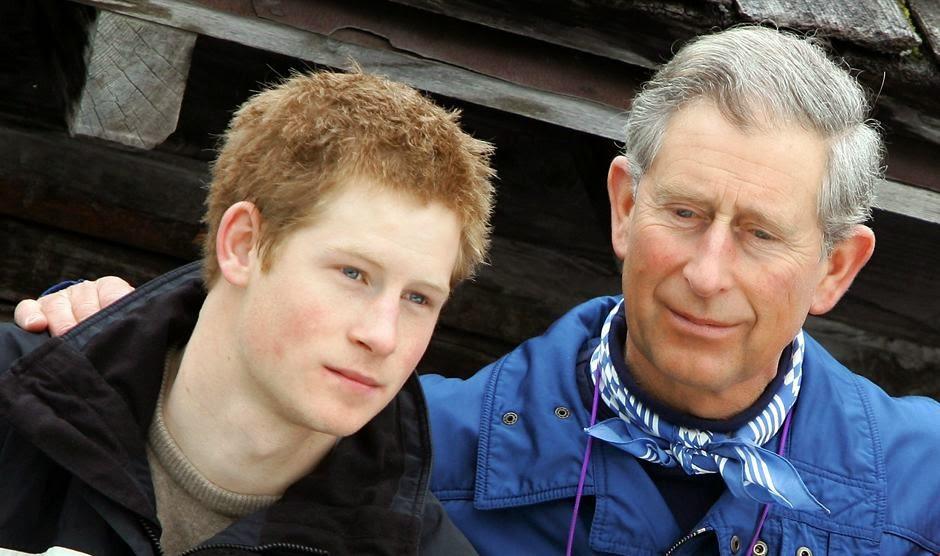 принц Чарльз позирует с сыном принцем Гарри на отдыхе в Клостерсе, Швейцария