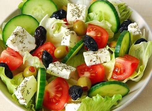 Овощной салат с маслинами и тофу