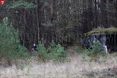 человек рядом с первым бункером