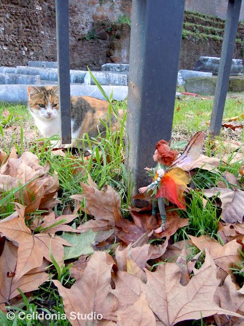 gatto e fata si osservano sotto la Porta Magica