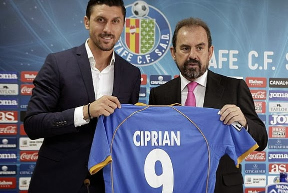 New signing Ciprian Marica holds his new Getafe shirt with club President Ángel Torres