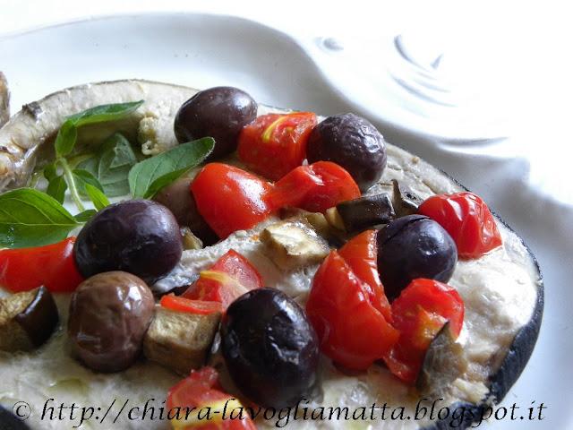 tranci di pesce spada al forno con olive kalamata, pomodori datterini e melanzane