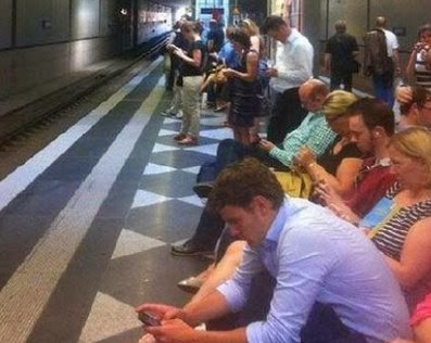 prensa-papel-gente-esperando