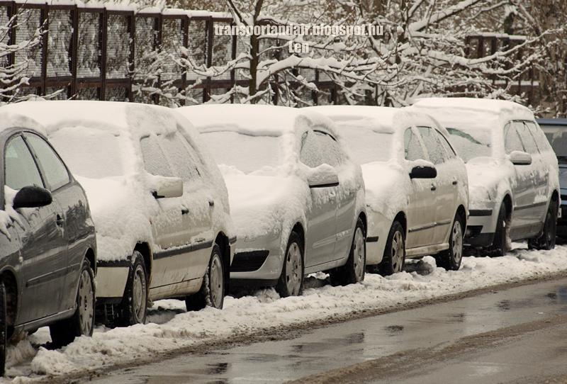 Hóval borított autók egy budapesti utcában