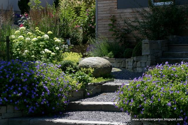 Vorgarten hauseingang gestalten beispiele holzmauer steinplatten gras