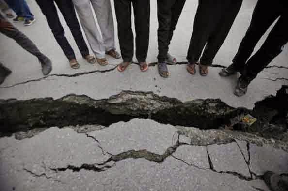 http://www.spiegel.de/fotostrecke/erdbeben-in-nepal-ueberlebende-schlafen-in-zelten-fotostrecke-126057-2.html