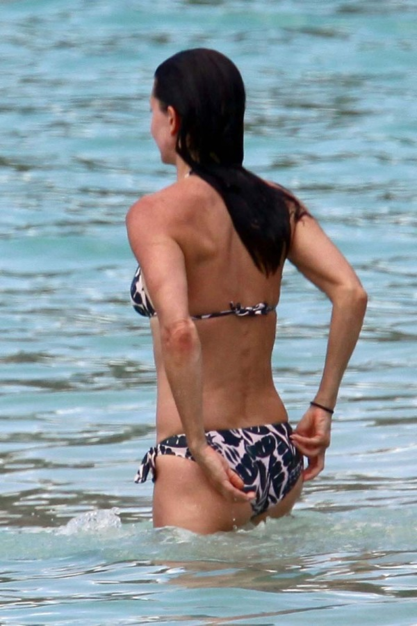 HOT ACTRESS COURTENEY COX HOT SEXY BIKINI PICS PHOTOS