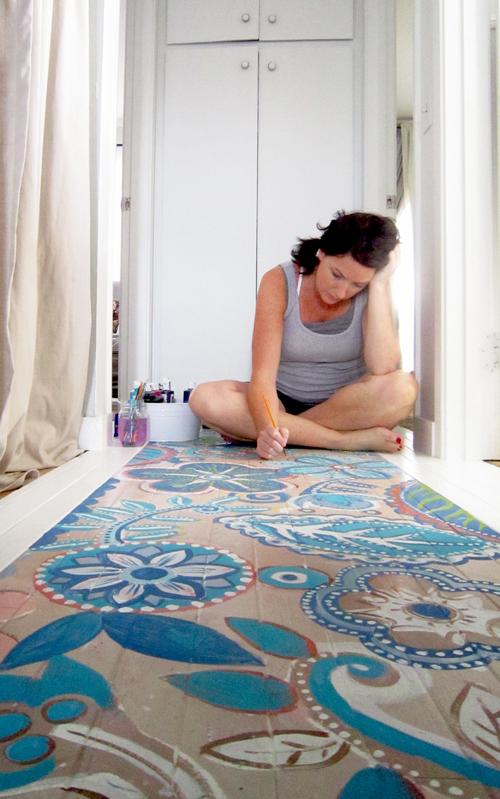 chica pintando suelo efecto mosaico