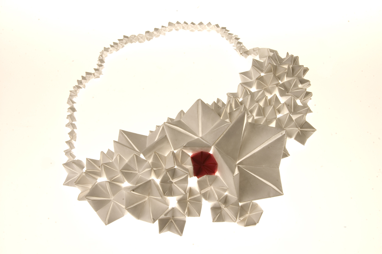 Elena salmistraro collana e copricapo in tyvec origami di for Design gioielli
