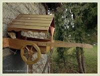 Vogelfutterhaus als Leiterwagen