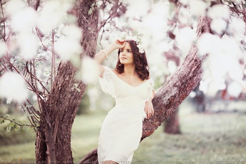 цветущие яблони и девушка