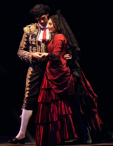 Michael Todd Simpson as Escamillo and Anita Rachvelishvili as Carmen in original costumes designed by James Schuette (Elise Bakketun, photo)