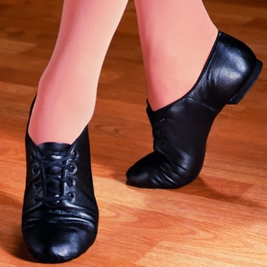 Прикоснулся губами к подошве туфли