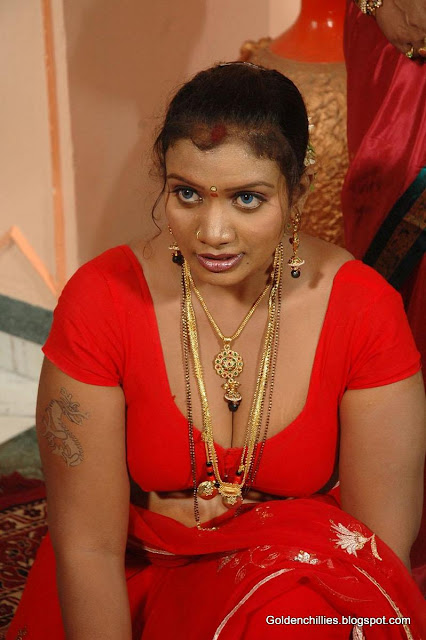 South Indian aunty navel show hot pics