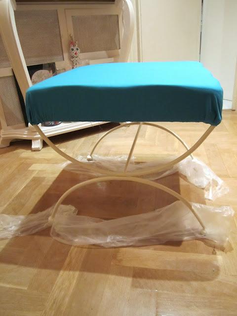 Naifandtastic decoraci n craft hecho a mano restauracion muebles casas peque as boda antes - Como tapizar una descalzadora ...