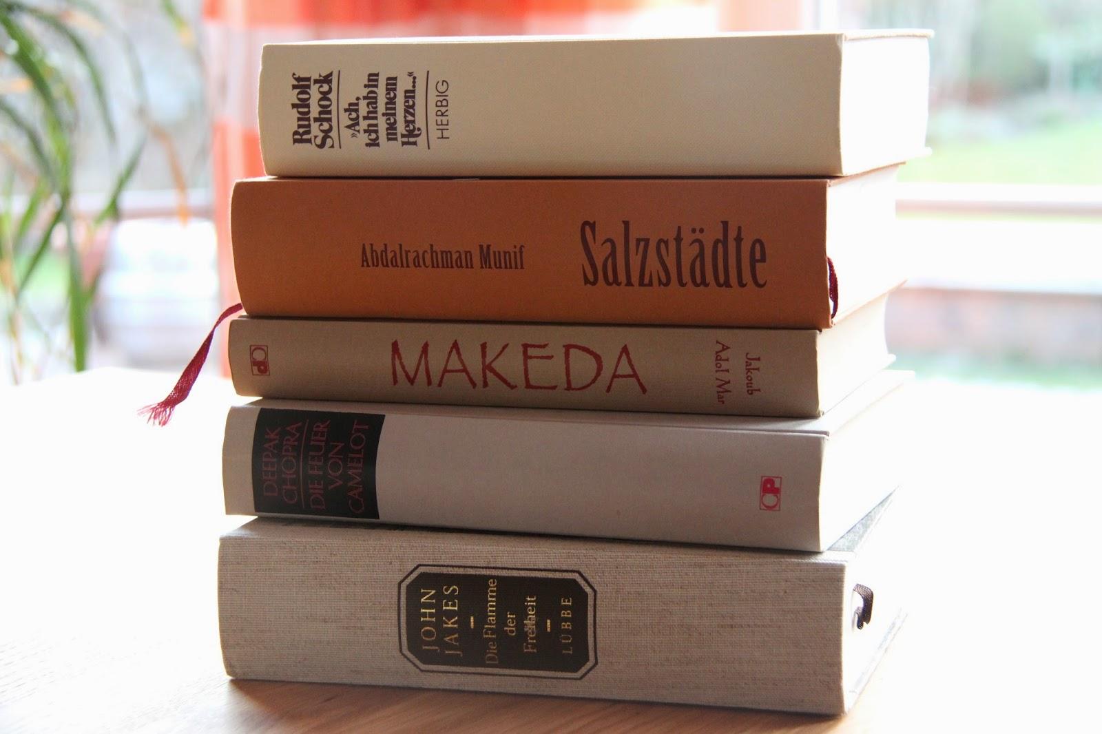 Bücher nebeneinander  Scheerereien - Basteln, nähen, werkeln und mehr: Belesener Stauraum